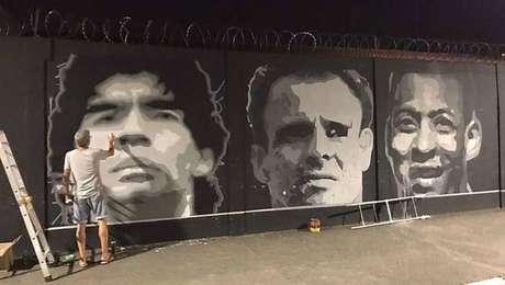 Santos pintou o rosto de Maradona no muro do CT Rei Pelé