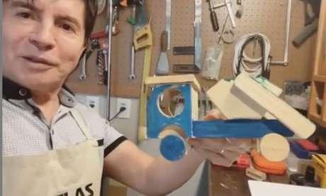 Xororó mostrou dois caminhões de brinquedo que ele tem produzido para os seus netos
