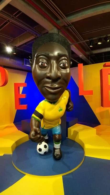 No Museu do Futebol (SP), boneco de Pelé com braçadeira preta (Foto: José Mota/Museu do Futebol/Divulgação)