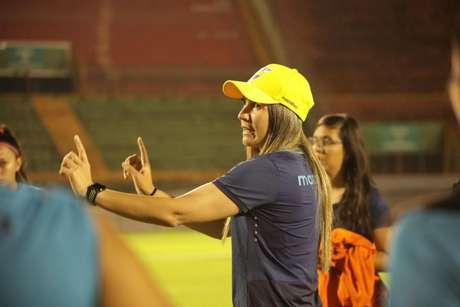 Emily comandando treino da seleção equatoriana (Foto: Divulgação / Seleção do Equador)