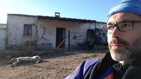 Martínez ficou em um pequeno abrigo sem luz elétrica ou água quente cuja única proteção era a vigilância de uma cadela