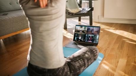 Em tempos de pandemia, aplicativos de vídeo chamada ajudam a conectar professores e alunos nas sessões de exercícios e permitem manter o condicionamento mesmo dentro de casa