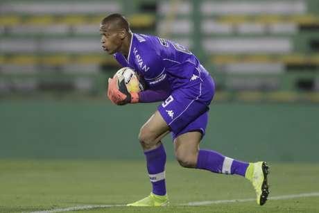 Lucão foi titular contra o São Paulo e o Defensa y Justicia e teve boa atuação com ótimas defesas (AFP)