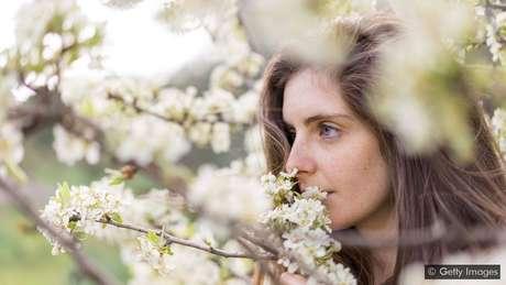 Embora a hiperosmia possa se manifestar devido à genética ou condições raras, algumas pessoas também podem treinar o nariz para apurar o alfato