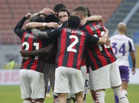 Jogadores do Milan comemoram vitória contra a Fiorentina