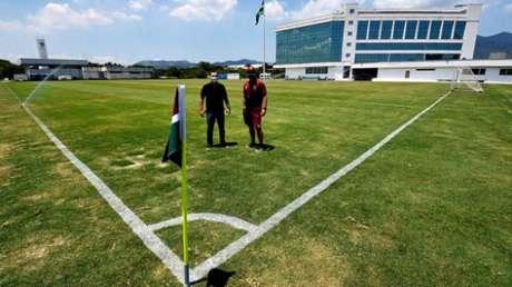 Odair e Mário Bittencourt conhecem o novo campo (MAILSON SANTANA/FFC)