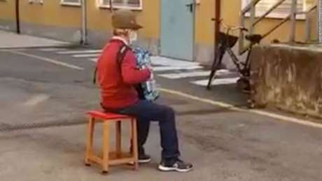 Idoso faz serenata para esposa em hospital na Itália