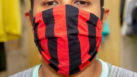 A máscara deve sempre cobrir boa parte do rosto (do topo do nariz até o queixo), sem passagens de ar nas bochechas