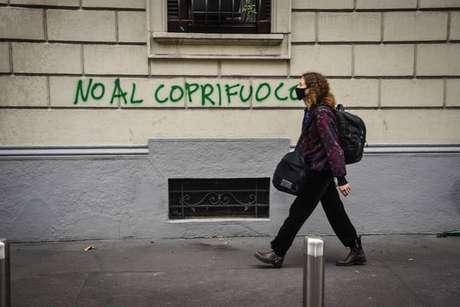 Pichação contra toque de recolher em Milão, norte da Itália