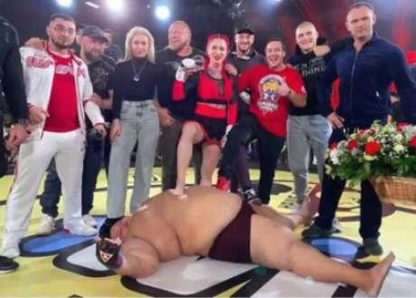 Darina ao lado de sua equipe após vitória sobre Grigory (Foto: Reprodução/Twitter)