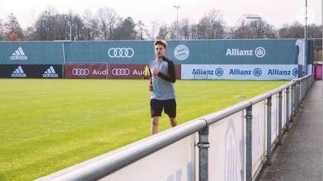 Kimmich correndo em volta do gramado no CT do Bayern (Foto: Reprodução / Bayern de Munique)