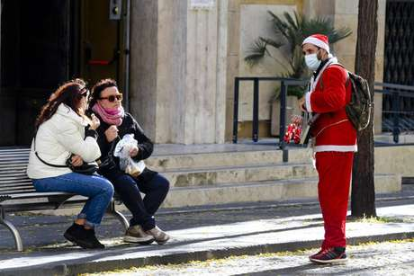 Homem vestido de Papai Noel no centro de Nápoles, sul da Itália