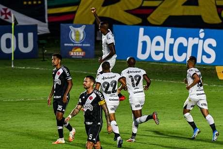 Humilhação! Em casa, Vasco é goleado pelo Ceará e segue no Z4
