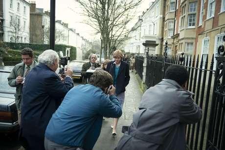 Diana é perseguida por fotógrafos após seu relacionamento com Charles se tornar conhecido