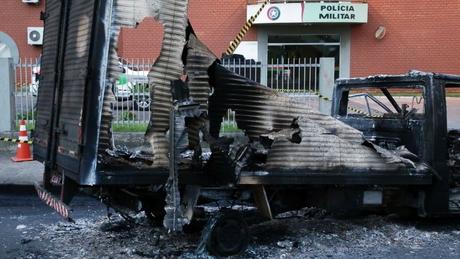 Caminhão incendiado diante de quartel da PM em Criciúma; houve troca de tiros, deixando um soldado ferido