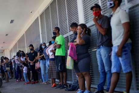 Pessoas esperam em fila para sacar auxílio emergencial em agência da Caixa, em Brasília 07/07/2020 REUTERS/Adriano Machado