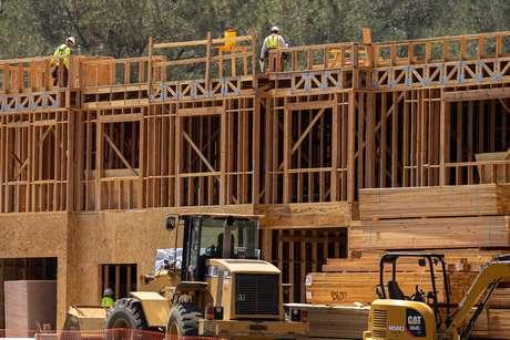 Trabalhadores da construção civil em um projeto residencial durante o surto da doença causada pelo coronavírus (Covid-19) em Encinitas, Califórnia, EUA, 30 de julho de 2020. REUTERS/Mike Blake