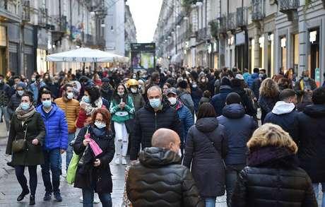 Movimentação em rua comercial de Turim, no norte da Itália
