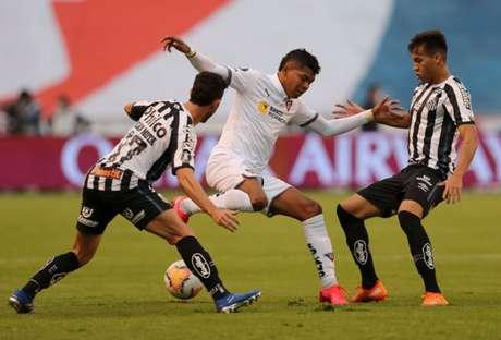 Na altitude de Quito, o Peixe saiu vitorioso por 2 a 1 no jogo de ida (Foto: AFP)