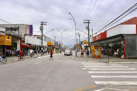 A prefeitura baixou decreto proibindo o acesso de ônibus e vans turísticas em Guarujá, no litoral de São Paulo. Cadeia e guarda-sol estão proibidos nas praias