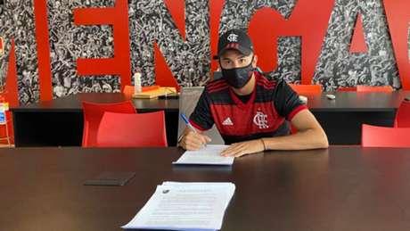 Fabrício Yan assinou o primeiro contrato profissional com o Flamengo (Foto: Divulgação)