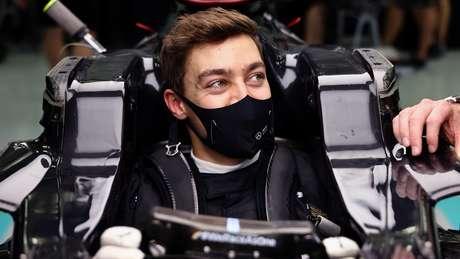 George Russell faz o ajuste do cockpit no carro da Mercedes: oportunidade rara.