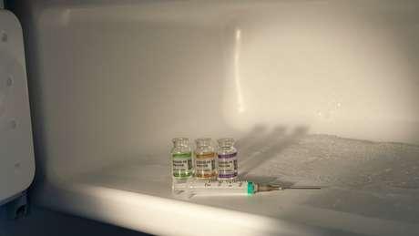Armazenamento das doses numa temperatura muito baixa é o principal entrave do uso da vacina de Pfizer/BioNTech no Brasil