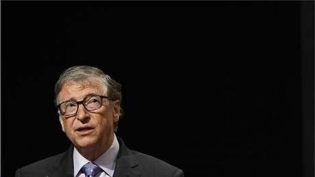 Não é verdade que as vacinas contra o coronavírus têm microchips Bill Gates