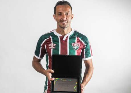 'Obrigado à Copa do Brasil pela placa, muito bonita. Vai ficar guardada com muito carinho', disse Nenê (Daniel Perpétuo / Fluminense)