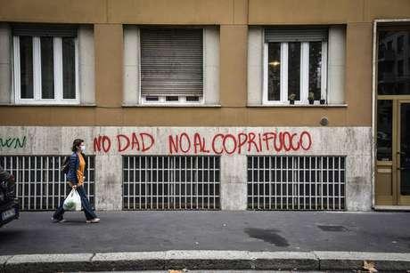 Pichação contra didática a distância e toque de recolher em Milão, norte da Itália