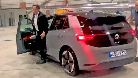 Elon Musk dirigiu o Volkswagen ID.3 e disse que conversaria sobre fusão.