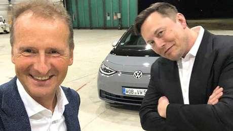 Diess (Volkswagen) e Musk (Tesla) depois que o americano dirigiu o VW ID.3.