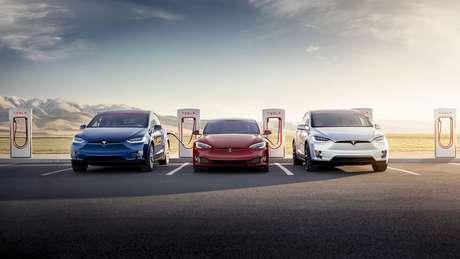 Linha de carros elétricos da Tesla: empresa visionária tem o maior valor de mercado do mundo.