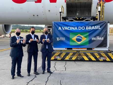 Governador João Doria, secretário estadual de Saúde de São Paulo, Jean Gorinchteyn, e o diretor do Instituto Butantan, Dimas Covas, recebem carga