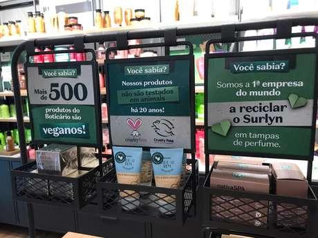 Detalhes da loja pop up de O Boticário no Parque Ibirapuera mostram informações sustentáveis