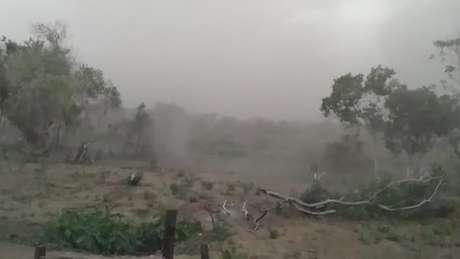 Imagem registrada por moradora de comunidade ribeirinha no último fim de semana mostra tempestade de cinzas se aproximando