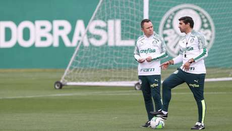 Abel Ferreira e Andrey Lopes conversam na Academia de Futebol (Foto: Cesar Greco/Palmeiras)