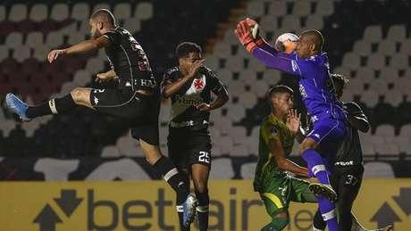 Vasco entrou em campo sob pressão, e com mudanças na equipe (BRUNA PRADO / POOL / AFP)