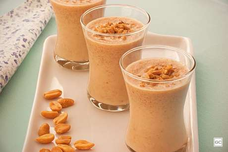 Guia da Cozinha - Batidinha de amendoim: bebida diferente pronta em 20 minutos