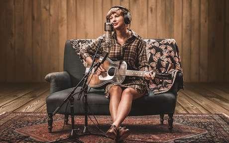 Em filme da Disney+, cantora fala sobre a composição do álbum folklore