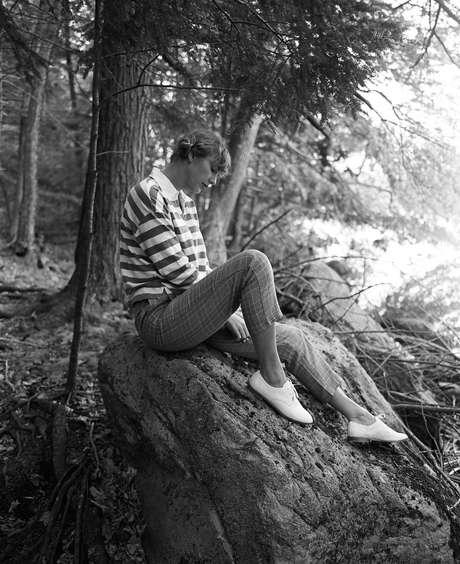 Cantora Taylor Swift em imagem de divulgação do álbum folklore