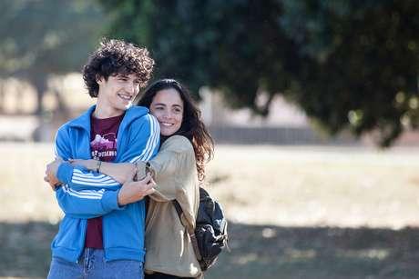 Gabriel Leone e Alice Braga em cena do filme Eduardo e Mônica, da Globo Filmes