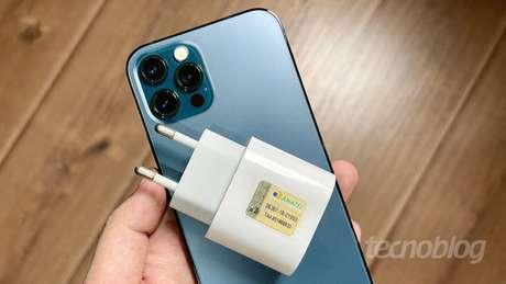 iPhone 12 Pro e carregador homologado pela Anatel (Imagem: Paulo Higa/Tecnoblog)