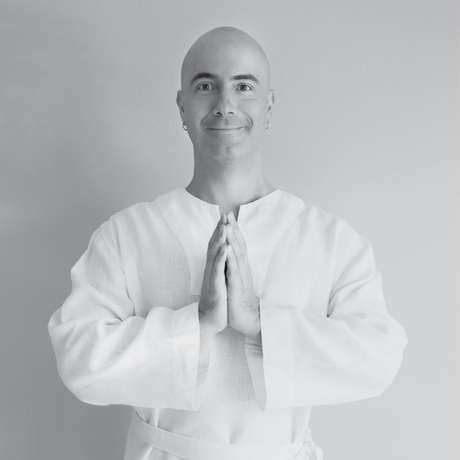 Satyanatha é um brasileiro que se tornou monge e, hoje, é professor de meditação