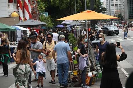 Movimentação intensa de pessoas na Avenida Paulista, mesmo com o aumento dos casos de covid-19