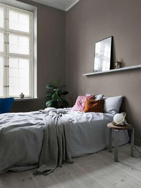 13. Almofadas coloridas para decoração de quarto minimalista solteiro com paredes cinza – Foto: Residence Magazine
