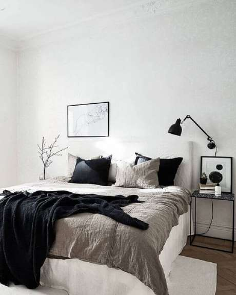 9. Invista em pequenos detalhes decorativos diferentes para trazer mais personalidade ao quarto de casal minimalista – Foto: Coco Lapine Design