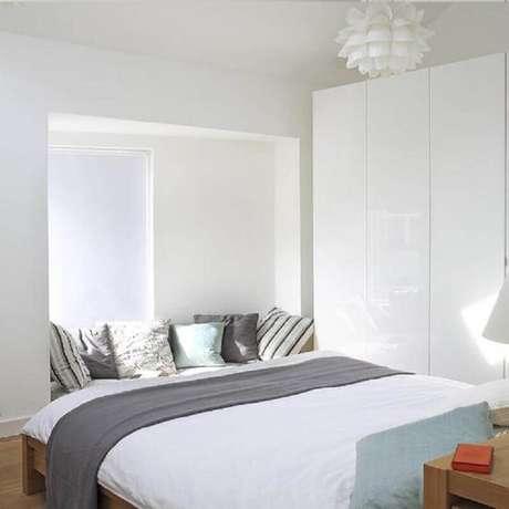 14. Invista em almofadas para cama para deixar seu quarto minimalista mais confortável – Foto: Houzz