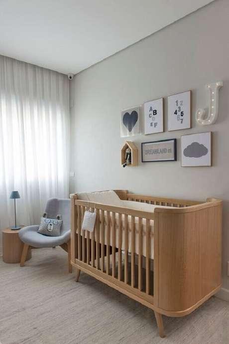 16. Berço de madeira e poltrona cinza para decoração de quarto de bebê minimalista – Foto: Marrie Ometto