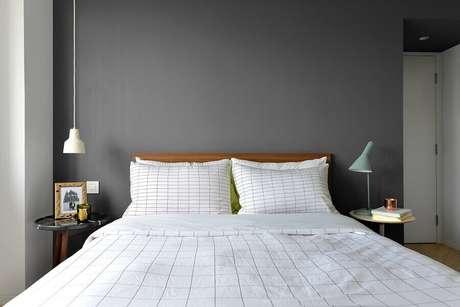 17. Parede cinza para quarto de casal minimalista com cabeceira madeira – Foto: Houzz